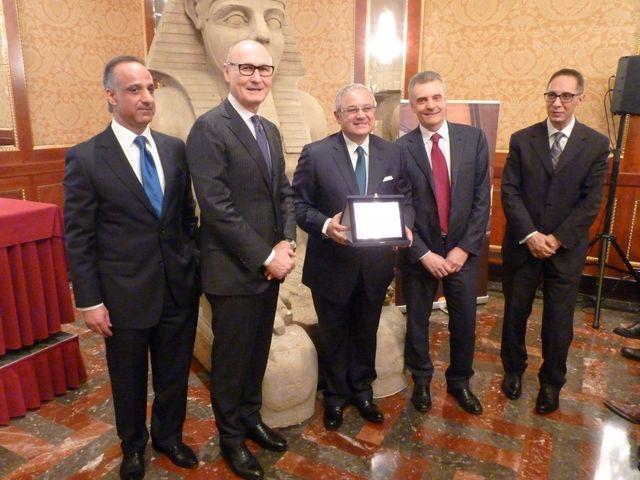 Consegna della targa al ministro del Turismo egiziano, Hisham Zaazou, da parte di Paolo Audino e Nardo Filippetti.